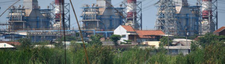 Warga beraktivitas dengan latar belakang Pembangkit Listrik Tenaga Gas-Uap (PLTGU) Tambak Lorok di Semarang, Jawa Tengah, Selasa (27/2). Berdasarkan data Kementerian Energi dan Sumber Daya Mineral (ESDM), program prioritas pemerintah dalam pembangunan pembangkit listrik 35.000 megawatt (MW) per 15 Januari 2018 telah terealisasi sebesar 1.358 MW, di mana 466 MW dibangun oleh PLN dan sisanya sebesar 892 MW dari Independent Power Producer (IPP). ANTARA FOTO/Aditya Pradana Putra/AMA/18.